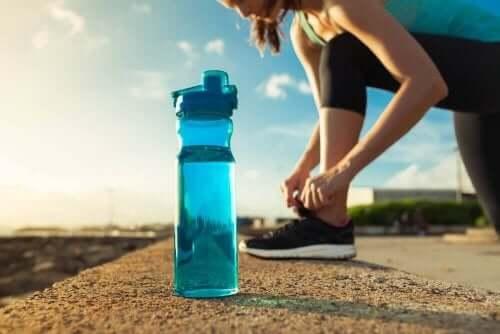 Kvinde med løbesko og vandflaske