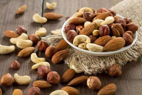Blandede nødder i en skål