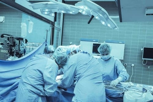 Kirurger opererer en patient