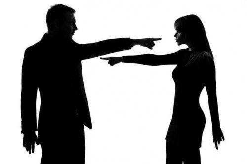Par peger fingre af hinanden i følelsesmæssigt voldeligt forhold