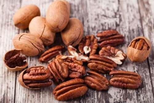 Pekannødder er rige på omega 3-fedtsyrer, så de letter reduktionen af dårligt kolesterol (LDL) i blodet og forbedrer også cirkulationssystemets sundhed