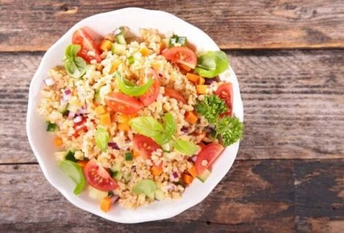 Salat med bulgur er godt til en vegetarisk kost