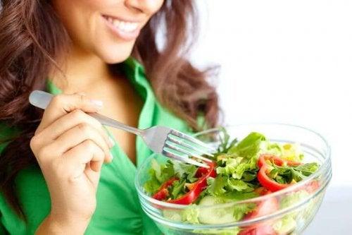 Kvinde, der spiser salat