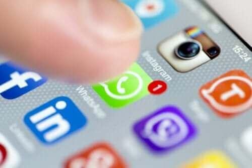 Finger klikker på sociale medier