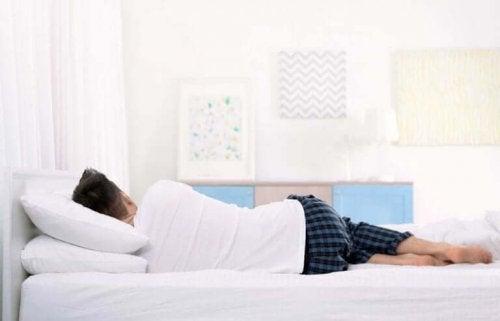 Mand sover på siden på anbefalet madras