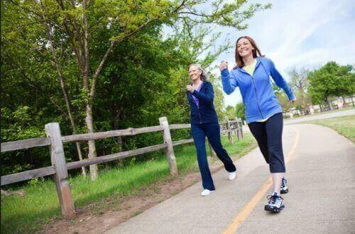 Kvinder nyder fordele ved at gå ture