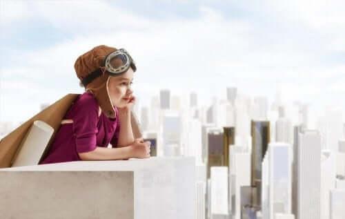 Dreng med pilotbriller på toppen af bygning