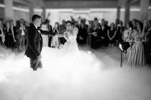 Brudepar danser deres første dans sammen
