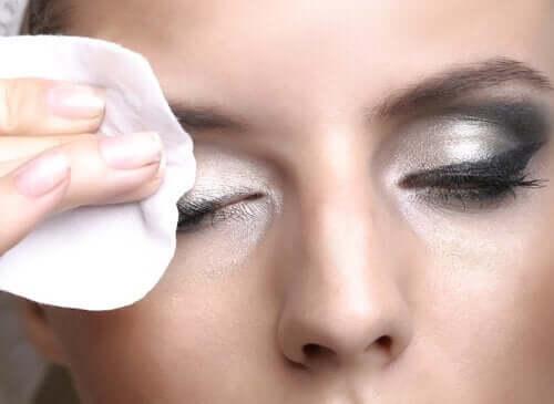 At fjerne makeup er det vigtigste trin i en hudplejerutine om aftenen