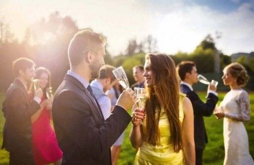 Et skål udveksles ved en fest