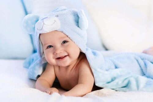 Baby ligger indsvøbet i håndklæde