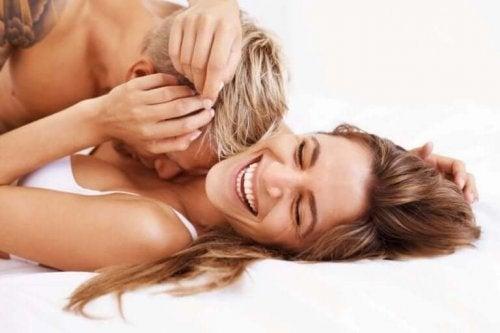 Lykkelige par dyrker sex ofte