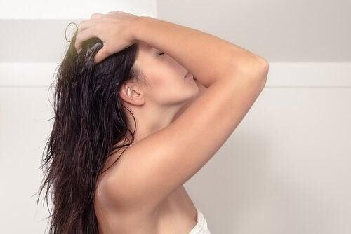 Kvinde vasker hår
