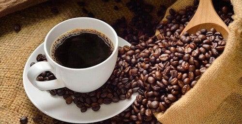 Kaffekop omgivet af kaffebønner