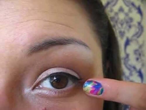 Pige peger på sit øje