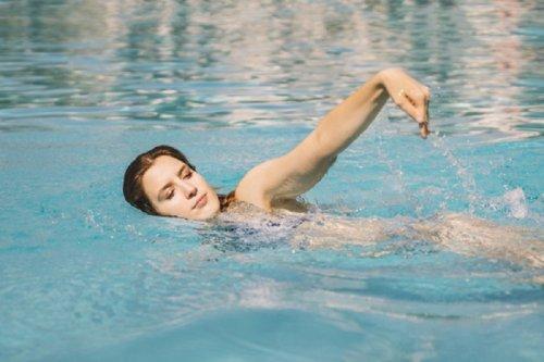 Kvinde nyder psykologiske fordele ved svømning