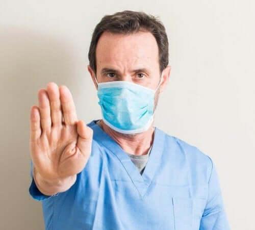 Læge tager hånden frem