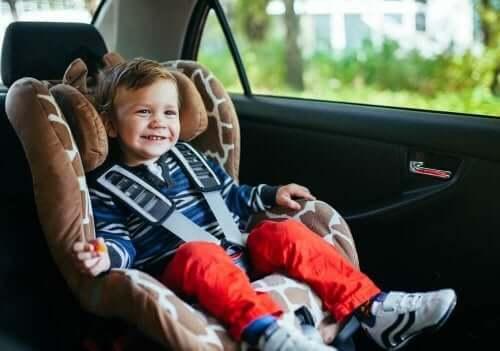 Et lille barn i en autostol