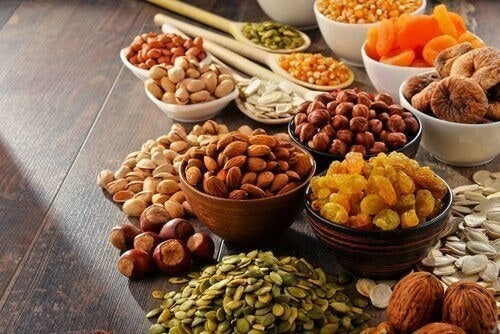 Skåle med nødder og frø