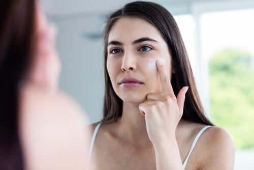 Kvinde kommer creme i ansigt
