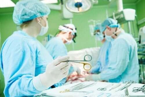 Læger udfører operation