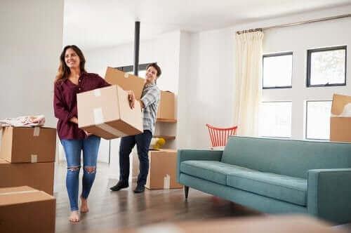 Par med flyttekasser er i fuld gang med rengøring ved flytning