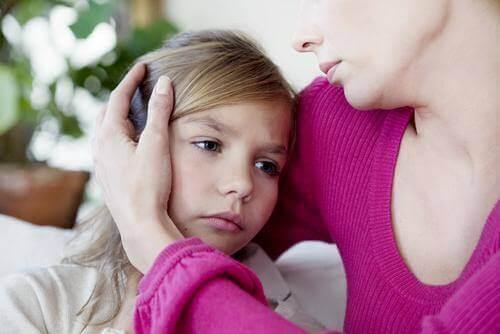 Pige krammes af mor