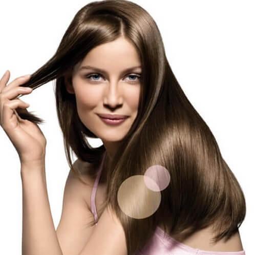 Kvinde har glat og skinnende hår
