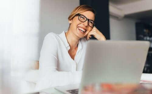 Smilende kvinde på arbejdsplads