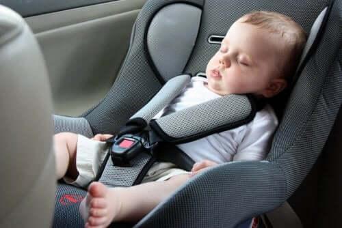 Derfor må babyer ikke sove i en autostol