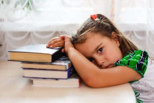 Træt pige, da obstruktiv søvnapnø forstyrrer søvnen
