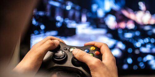 Person spiller videospil