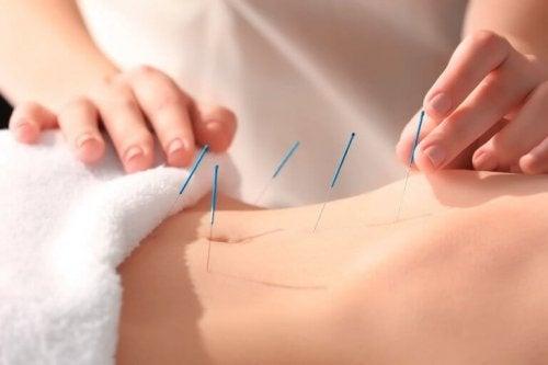 En af de største fordele ved akupunktur er, at det hjælper med at reducere smerter. Det kan hjælpe med at reducere enhver form for smerte, herunder menstruationssmerter, migrænesmerter eller smerter på grund af dårligt blodomløb