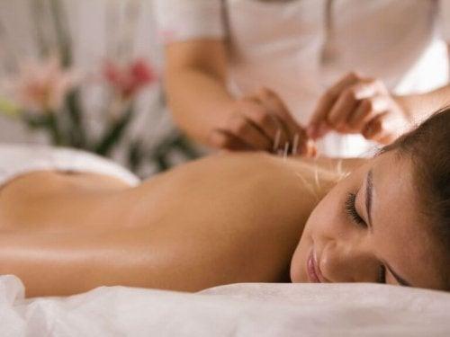 En af de mange fordele ved akupunktur er, at det hjælper mod søvnløshed. Da akupunktur hjælper med at lindre negative følelser og stress, kan det forbedre din samlede lykke ved at hjælpe dig med at få en god nats hvile