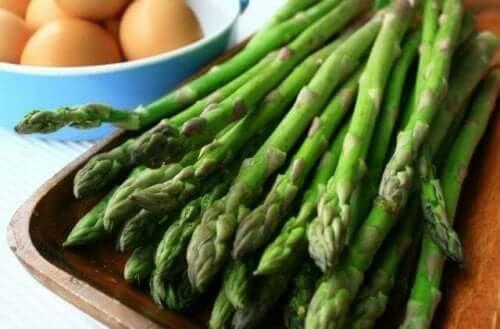 Asparges på fad kan bruges til gazpacho af asparges