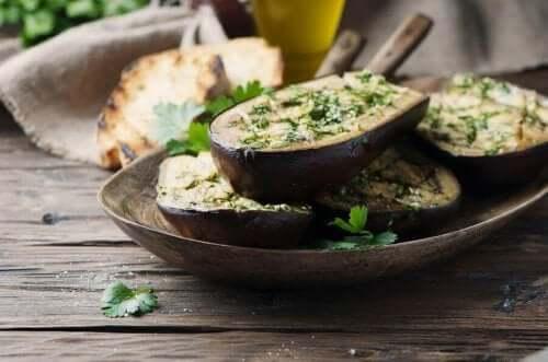 Aubergine er en vigtig grøntsag for enhver afbalanceret kost. Det er også perfekt til at lave grøntsagspaté