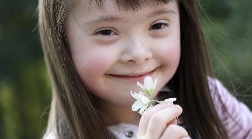 Pige dufter til en blomst
