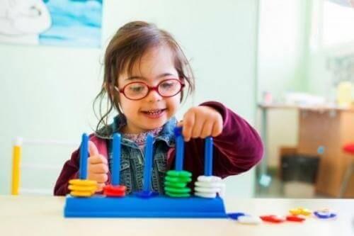 Barn leger med aktivitetslegetøj