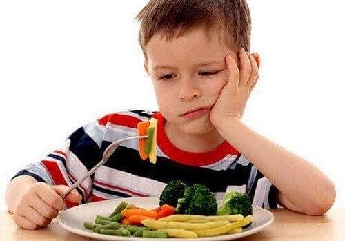 Dreng vil ikke spise sine grøntsager