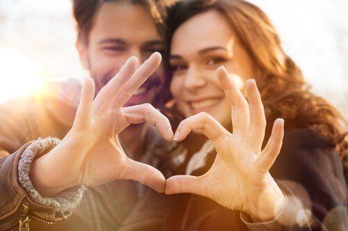 Par danner hjerte med hænder