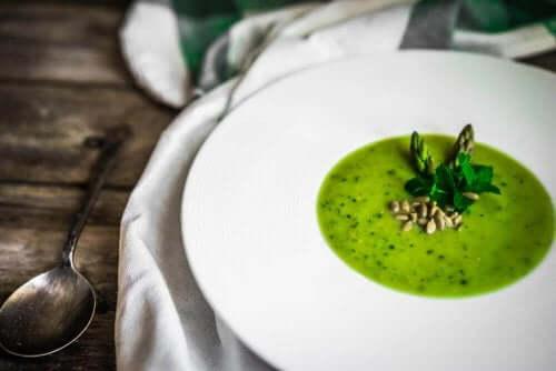 En velsmagende opskrift på gazpacho af asparges
