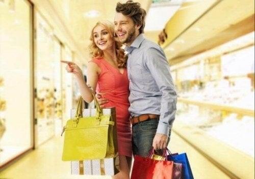 Kærestepar er på shoppingtur sammen