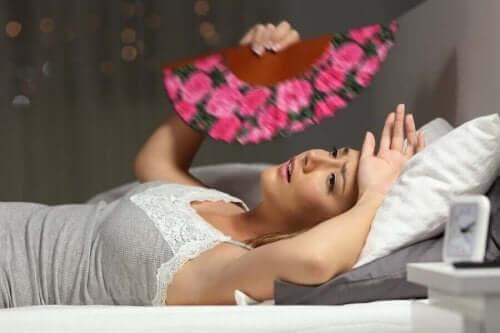 Kvinde i seng oplever årsager til varmeudmattelse