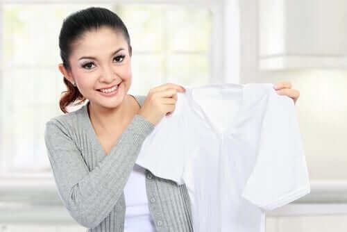 Kvinde med ren, hvid bluse