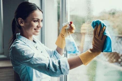 Kvinde rengør vinduer