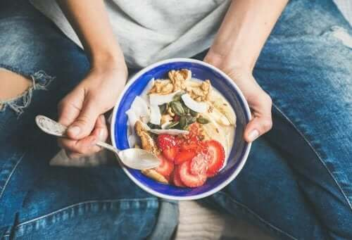 Person spiser sund morgenmad