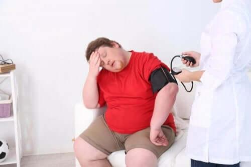 Mand får målt blodtryk af læge