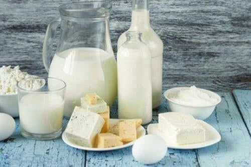 Bord med forskellige mejeriprodukter