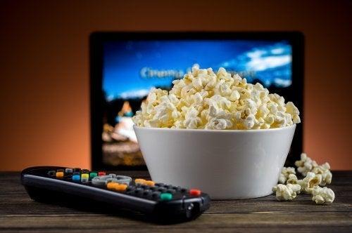 Popcorn i skål foran fjernsyn