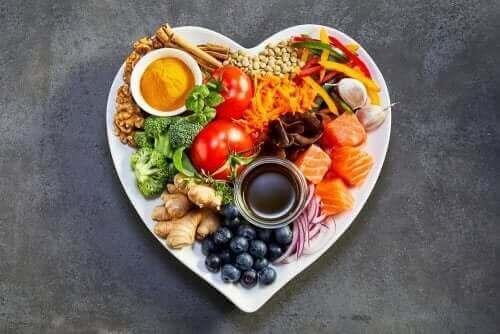 Fødevarer på hjerteformet tallerken